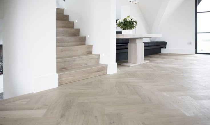 Stijvolle houten vloer. Wilt u ook een nieuwe vloer aanleggen? Plaats dan gratis uw klus op www.Klusopmaat.nl!