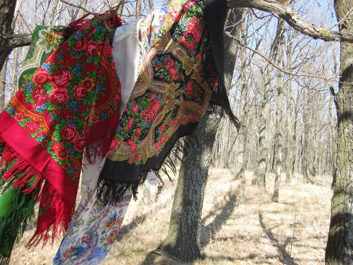 Russian Pavlovsky Posad shawls are waving in the wind.