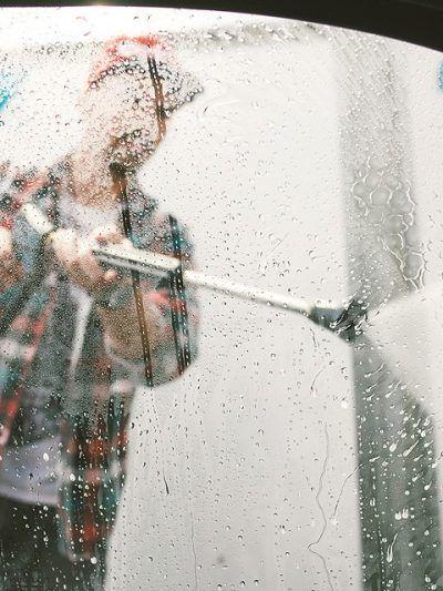 Handwäsche oder Waschanlage - was ist besser für das Auto?  Manuelle Autowäsche oder von der Maschine – beides hat Vor- und Nachteile. Die Frage ist, ob sie eher schonend oder zeitsparend sein soll. --- #Auto #Waschen #Waschanlage #Handwäsche #Autoreinigung #ERGODirekt #ERGODirektMagazin #Magazin #Tipps #Autowaschen