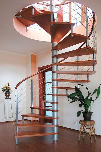Točité interiérové schodiště vynesené nosným středovým sloupem. Nášlapy jsou ze dřeva, zábradlí je z nerezové oceli. Cena 150 000 Kč.