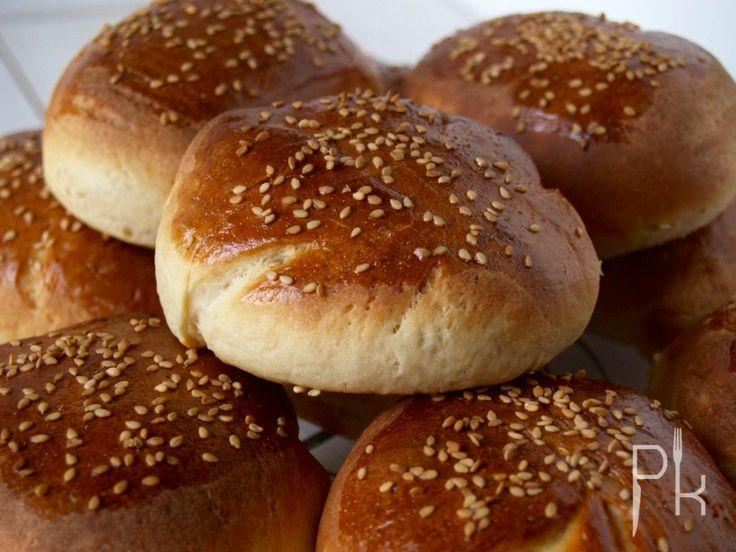 Bij een goed broodje hamburger horen natuurlijk homemade hamburgerbroodjes. Op Pienskeuken staat een heerlijk recept. Met een homemade hamburger een feest om te eten.