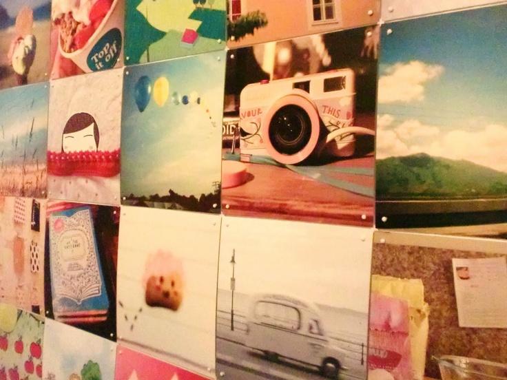 Gebruik een compositie van Ixxi om je eigen foto's ten toon te stellen, of om een ander kunstwerk aan de muur te hangen. leuk voor in een gang of trappenhuis!