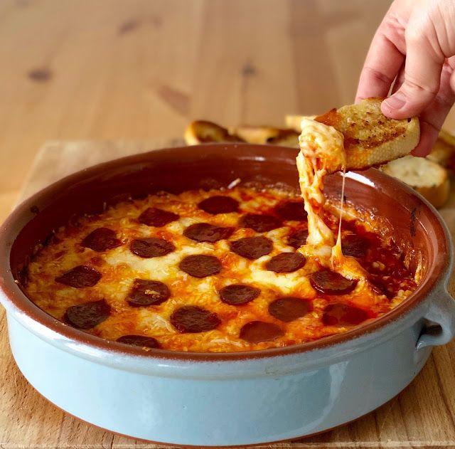 Gospodyni Miejska: Gorący dip serowy z chorizo i czosnkowymi grzankamI