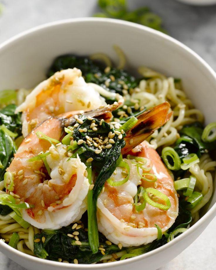Een lekker snel en eenvoudig gerechtje, deze lauwe Aziatische noedels met scampi's en spinazie. Ideaal als lunch of lichte maaltijd.