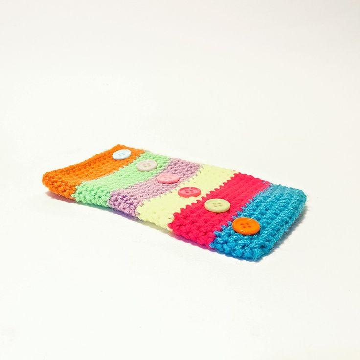 Custodia per smartphone IPhone 6 in lana multicolore con applicazione di bottoncini colorati a decorazione.