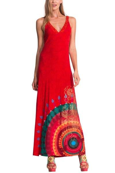 This long dress will stir passions. It's red with a pronounced V-neck with lace touches. The big Galactic ball and the embroidered butterflies on the hem give it the Desigual touch. Compliments
