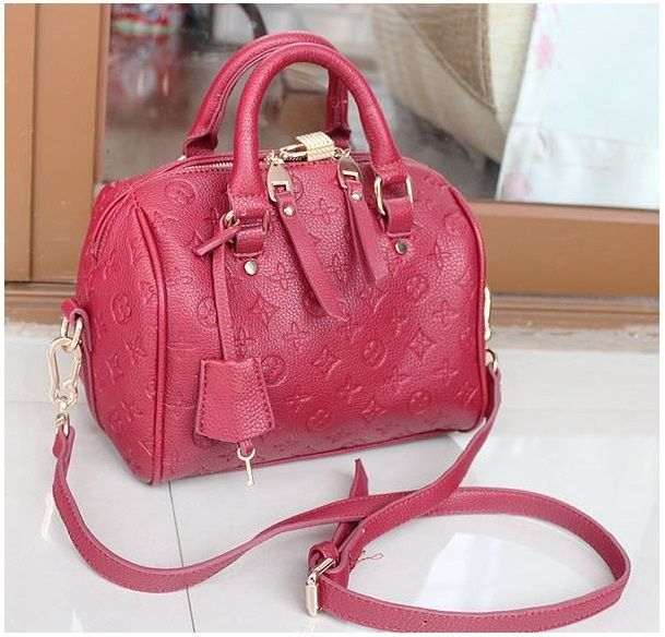 Tas fashion keren dengan bentuk yang kompak berwarna merah ini sangat ideal untuk menemani anda kemana saja dan menjaga penampilan anda tetap bergaya walau tidak terlalu mencolok.