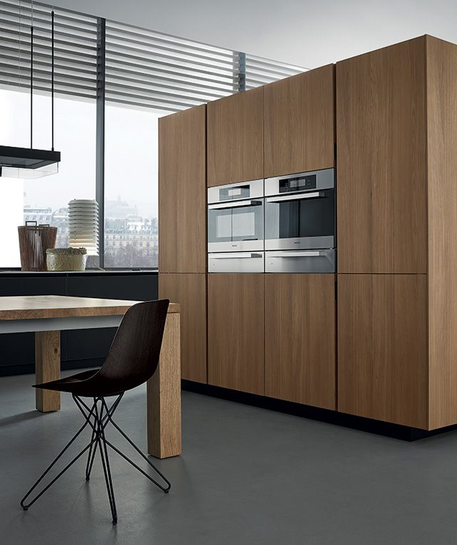 The tall units in elm with oven are distinguished by the vertical opening profiles that substitute the handles.