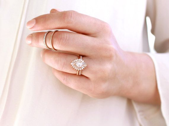 The pear-shaped composition of the Rhapsody ring is, as its name suggests, a work free in form and inspiration
