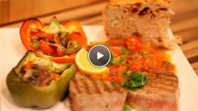 ten en de olijven. Pel en pers de knoflook en verdeel over de paprika's. Vul de paprika's met de tomaten, olijven, kappertjes en ansjovis. Breng op smaak...