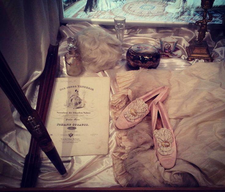 Все та же выставка. Но другие милые вещицы. The same exhibition, but another cute things. #bal #ballet #balletmaniacs #vintage #art #music #shoes #oldfashioned #dresses #dance #moscow #antique #museums #exhibition #бал #балет #антикварныевещи #ноты #искусство #туфли #винтаж #москва #музеи #выставки