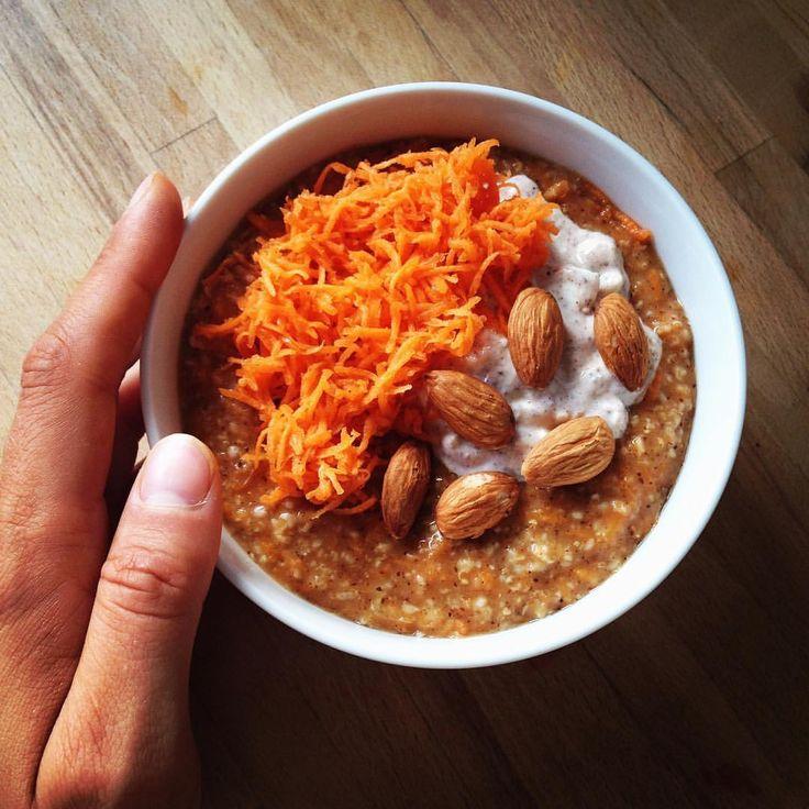 FREDAG, og det skal fejres med en smagen af jul!🎄 Riv 2 gulerødder fint. Kog grød af havregryn, vand, kanel, æggehvide og halvdel af gulerod. Bland skyr, lidt sødemiddel og kanel.Kom havregrød i en skål og top med skyr-blanding, resten af gulerødder og lidt mandler. #fitfamdk #fitnessmotivation #sund #fitnessworlddk carrotcake oats opskrift recept morot gröt morötter kvarg morotskaka protein