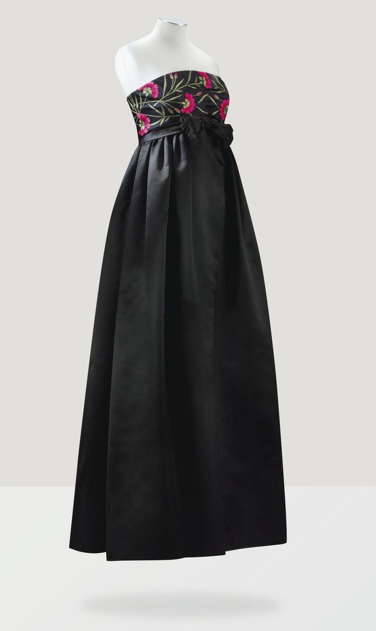Balenciaga Haute Couture, 1958. Robe du soir en satin duchesse d'abraham, bustier brodé d'œillets