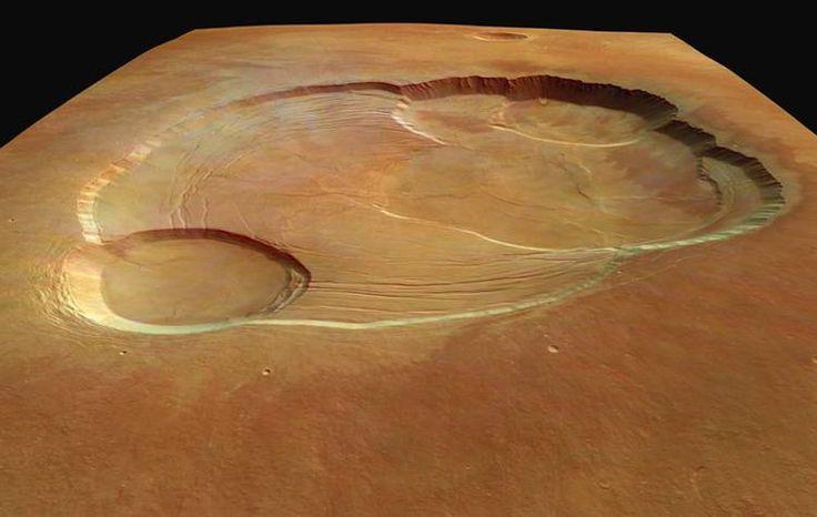 Vue en 3D de la caldeira du volcan Olympus Mons, le plus grand volcan de notre système solaire avec une altitude moyenne de 22 km ! La caldeira, cratère volcanique situé au sommet, est profonde d'environ 3 kilomètres. Sa structure est le résultat d'effondrements successifs du cratère volcanique lors de sa période éruptive. Cette image, large d'environ 102 kilomètres, a été réalisée grâce à la caméra HRSC embarqué sur la sonde européenne Mars Express.