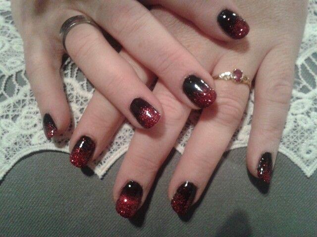 Résine et poudre noir avec paillette rouge.. Brijoux nail art