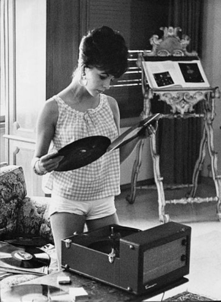 Joan Collins and the wonderful sixties.listening to vinyl records and reading the lyrics printed on the covers! Joan Collins, Radios, Billie Holiday, Lps, Dj Girl, Pub Radio, Vinyl Junkies, Record Players, Vinyls