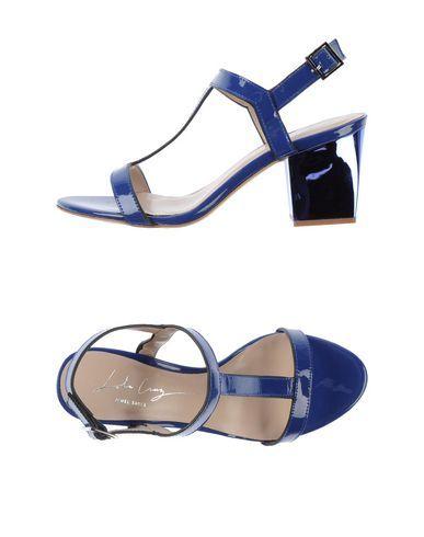 Con gli abiti blu. With your blue dresses top!