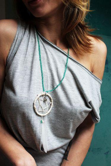 handgemachte Traumfängerkette aus Holz, Bast, Perlenkette, und einer Feder; weiß/türkis/silber (Modeschmuck)  Durchmesser: ca. 6,5cm Länge: ca. 16cm einfache Länge Kette: ca. 32cm
