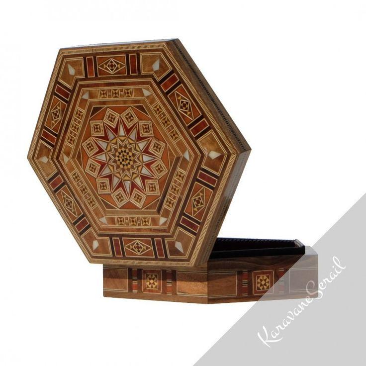 Superbes boîtes en marqueterie réalisées par des artisans ébénistes : https://www.karavaneserail.com/42-marqueterie #marqueterie #boiteabijoux