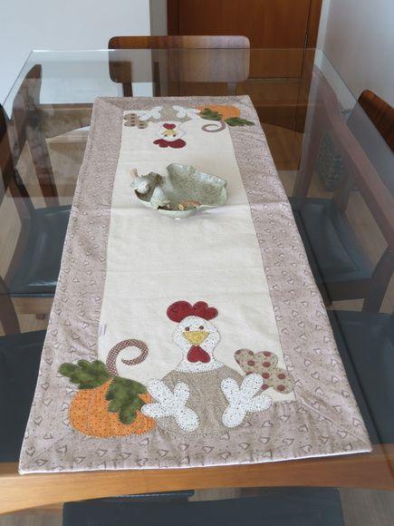 Caminho de mesa em linhão com barrado coração e aplicação motivo galinha em patch aplique. Um produto by Arti In Panno.