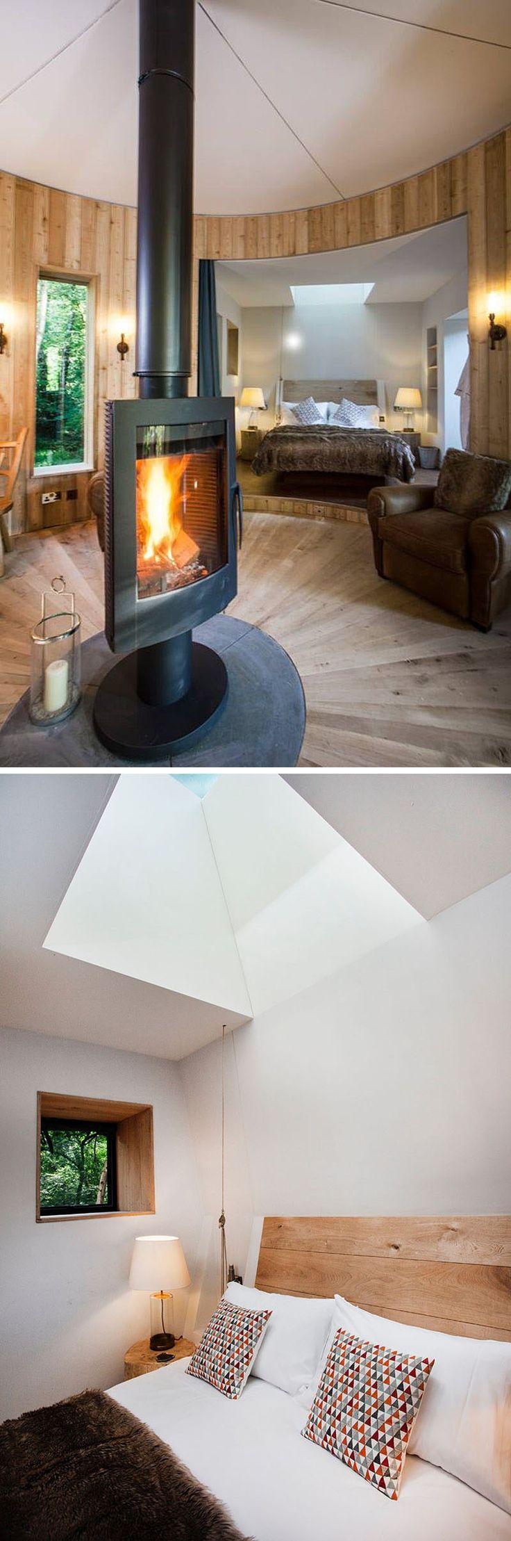 Das Schlafzimmer in dieser modernen Baumhaus zeichnet sich durch einen leicht erhöhten Boden, weiße Wände und ein Oberlicht.