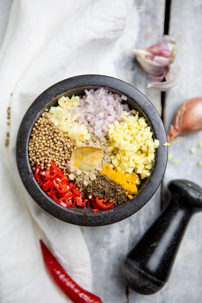 Rote Curry Paste selber machen!  Das geht nicht nur schnell und ist einfach, das Ergebnis schmeckt auch besser, als die gekaufte Variante! www.kuechenchaotin.de