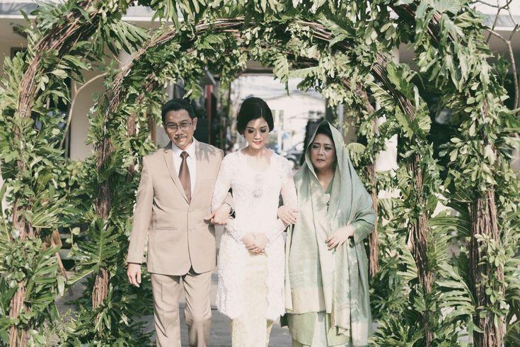 Pernikahan Romantis di Bawah Rintik Hujan ala Dira dan Aji -