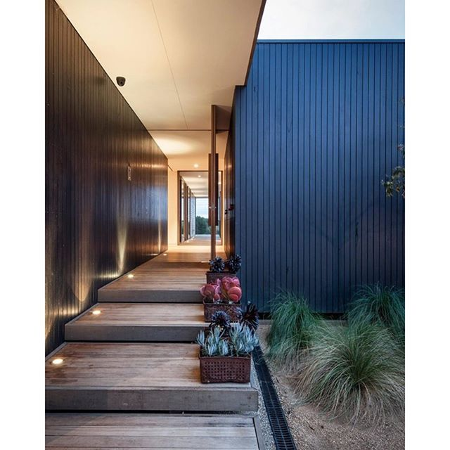 #mulpix Clean, vertical lines  #lines  #vertical  #cladding  #clean  #love  #luxury  #entry  #door  #design  #interior  #interiordesign  #architecture  #style  #black