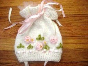beyaz işlemeli örgü bebek şapka modeli