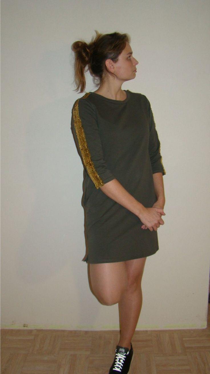 Kaki dress met gouden pailletten.