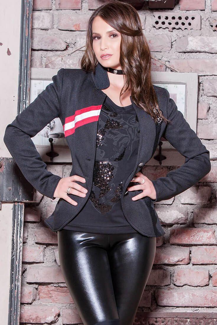 """Ein einzigartiger Trachtenjanker im angesagten Armee Stil. """"Admiralin"""" von Mirabell Plummer ist eine eindrucksvolle Couture Jacke in Schwarz und Rot. Das zeitgenössische Design einer klassischen Marineuniform aus schimmernden Seidensatin, legt sich angenehm leicht über jeden Trachten Look. Die Borte entlang der Brust in Rot und Weiß, gepaart mit dem auffälligen Stehkragen setzen die Trachtenjacke gekonnt in Szene! Das hochwertige Design wird abgerundet von dem einprägsamen Designer-Wappen!"""
