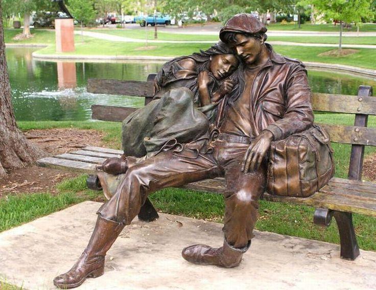 """""""Departure"""" di George Lundeen - Greenwood Village - Colorado. Lo scultore ha basato la sua scultura su di uno schizzo disegnato guardando una coppia in attesa in una stazione ferroviaria italiana."""