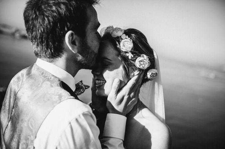 """はずかしいけど、でも撮りたいかも。。世界でいちばん幸せなキスショット♡  出典:ruffledblog /Photography:cassidybrooke 前撮りやフォトウェディングで、可愛い写真を撮りたいとお考えのプレ花嫁さん! やっぱりトライしたいのは、外国の映画みたいにロマンティックなキスショット。 でも...カメラマンの前では恥ずかしいっ! でもでも、せっかくのウェディングだから、撮っておきたい...! そんな花嫁さんにお役立ちする、ナチュラルで可愛いキスショットのためのアイデアをご紹介します♡ フォトジェニックな小物たちと一緒に!  出典:queenforaday /Photography:ernestineetsafamille キスショットを可愛くさりげない印象にするためには、写真映えするカジュアルなアイテムがお役立ち◎ おすすめは、バルーン。持っているだけで少しおちゃめな雰囲気になるので、キスショットもカジュアルに♡ 大きめのバルーンなら、自然とカメラズームも """"引き"""" になるので、気恥ずかしさも薄れます。  出典:que..."""