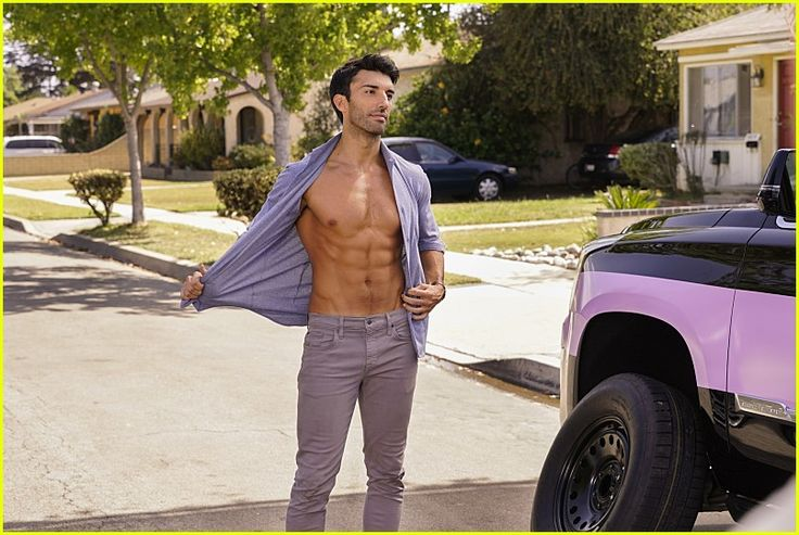 Justin Baldoni sem camisa no set filmagens do episódio 3x05 de Jane the Virgin