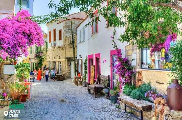 Літо близько… Ми не можемо дочекатися, коли вдихнемо аромати цих заквітчаних вуличок Алачати. #Alaçatı