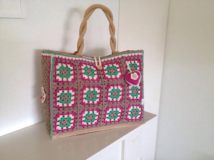 Jute tas van AH omgehaakt met granny squares. Volgens onderstaand patroon. Materiaal: Phildar Coton 3. Haaknaald 3,5. http://www.allesoverhaken.nl/haakpatronen_granny_square.html
