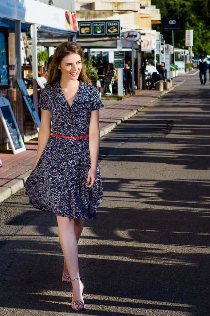 Rochie clos midi bleumarin Melanie: rochia clos de inspiratie retro este din nou in tendinte, iar croiala se potriveste oricarei siluete.