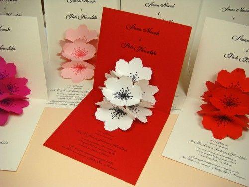 kartka przestrzenna z papierowym kwiatem