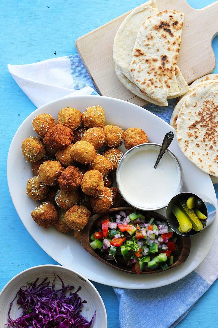 Falafel Pita [Street Food Monday] - vegan with vegan yogurt