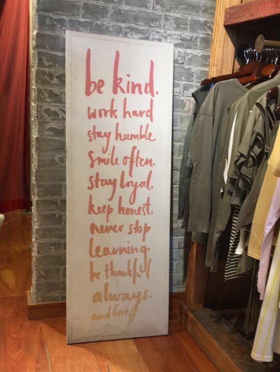 Cartel en local de @47st de Distrito Arcos, con un Excelente mensaje: Sé amable. Trabajá duro. Mantenete humilde, leal, honesto. Sonreí seguido. Nunca dejes de aprender. Sé agradecido siempre. Y amá.