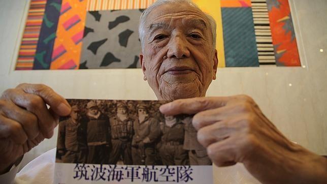 """Janai Josiomi a második világháborúban a japán hadsereg kamikazéja volt és készen állt arra, hogy bombával megterhelt repülőjével rázuhanjon az amerikai flotta hajóira, amelyek meghódították Okinawa szigetét és onnan indították bombázóikat a japán városok fölé.   """"1943-ban, mint minden diákot engem is..."""