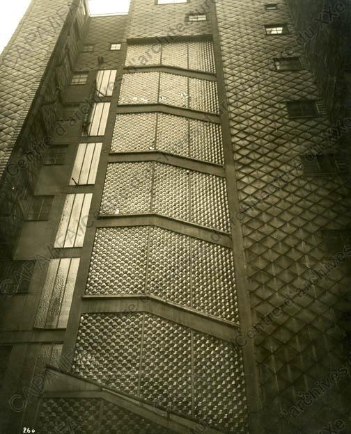Auguste Perret. rue franklin. Parois de verre des cages d'escaliers vues de l'extérieur