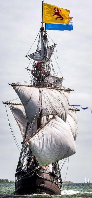 Dit is een schip van de VOC dat uitvaart voor nieuwe goederen uit Oost-Indie. De VOC is ontstaan toen nederland een monopolie kreeg op Oost-Indie doordat ze die monopolie hadden Konden ze in Oost-Indie gratis producten halen en ze voor veel geld konden verkopen voila de VOC.