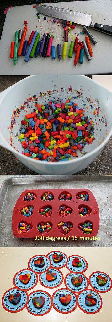 Está com vários toquinhos de giz de cera em casa? Dá para reciclar e fazer um novo, multicolorido!O passo-a-passo é muito simples: 1) Pegue os restinhos (