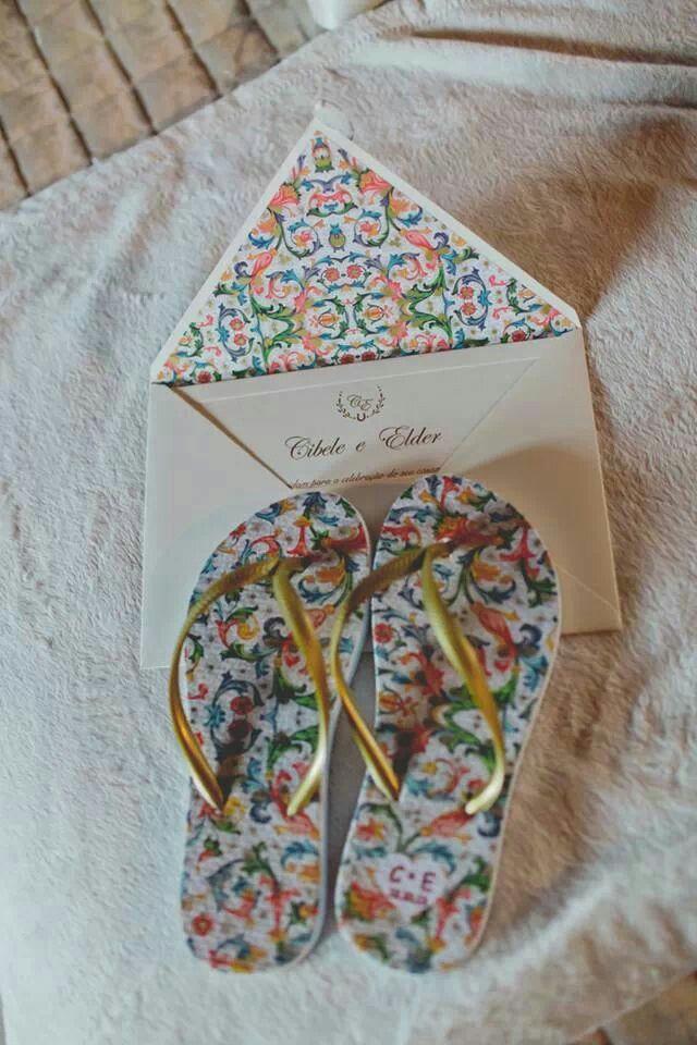 Identidade visual do casamento no convite e no chinelo (lembrança)