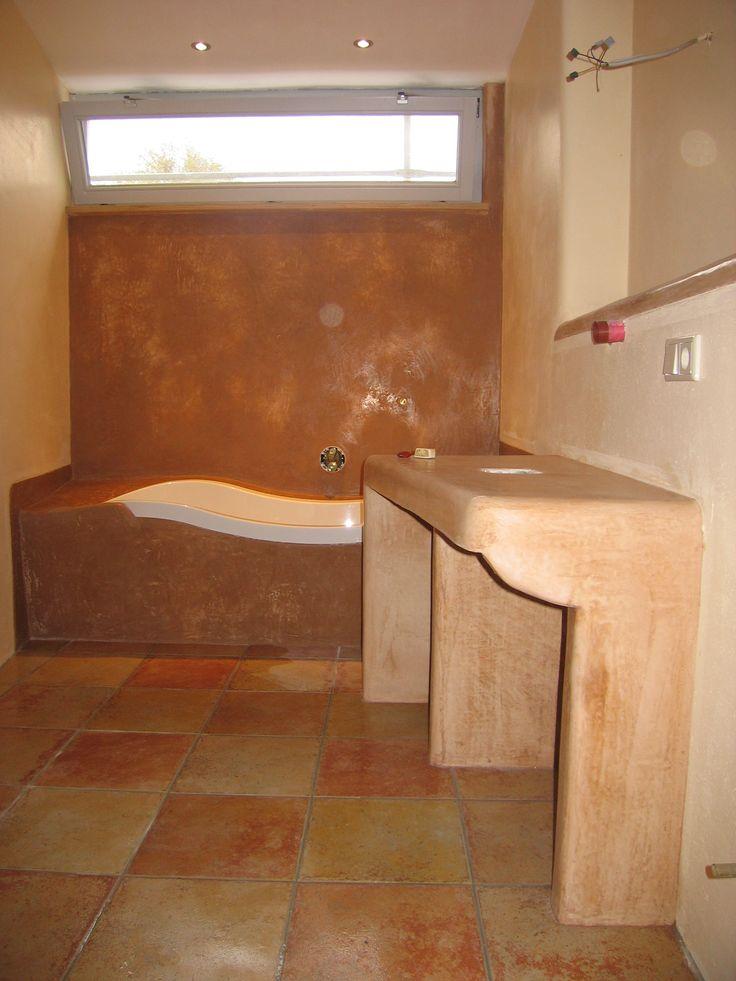 Waschtischunterbau mit bereits getrocknetem Tadelakt. Wand sowie Badewannenumrandung poliert und geseift in der Trocknungsphase www.tadelakt-profi.de