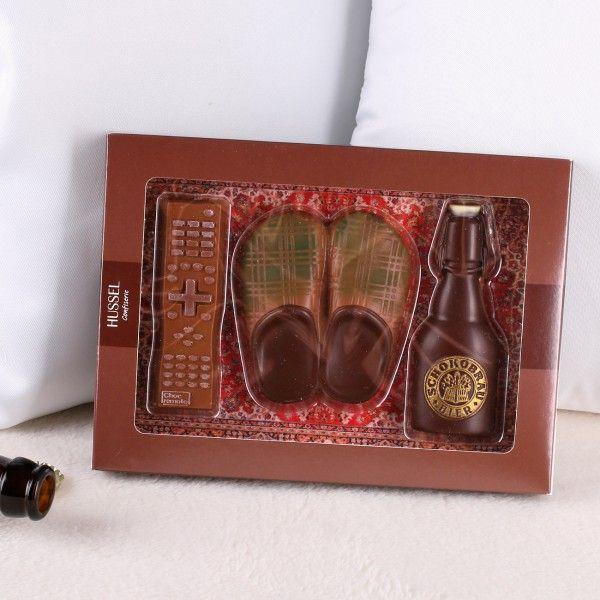 Versüßen Sie Ihrem Liebsten den Feierabend mit diesem genussvollen und witzigen Schokoladen-Set aus dem Hause #Hussel. In der Verpackung befindet sich eine Fernbedienung, ein paar Hausschuhe und eine Flasche Bier. #Schokolade #Geschenkidee