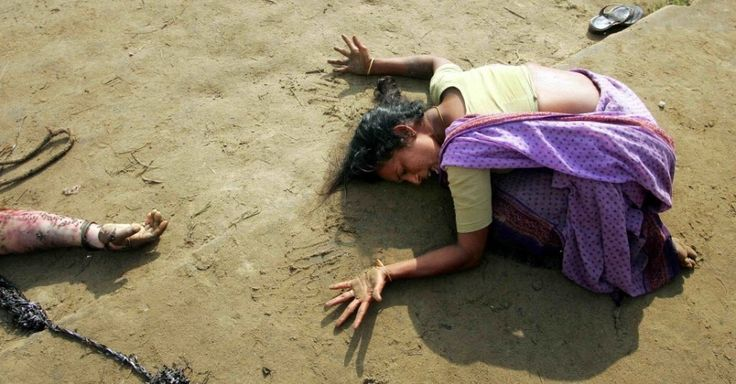 Indiana chora a morte de seu parente, vítima de tsunami em Cuddalore, a cerca de 180 km ao sul da cidade de Madras, em 28 de dezembro de 2004. O sudeste da Ásia foi atingido por tsunami que matou 230 mil pessoas em 14 países. Este foi um dos mais mortais desastres naturais da história. A Indonésia foi o país mais atingido, seguido pelo Sri Lanka, Índia e Tailândia Arko Datta/Reuters