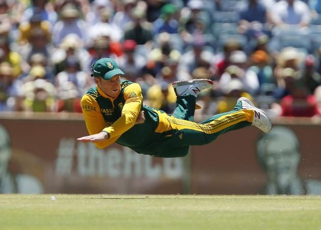 South Africa's David Miller throws the ball at the wicket in an attempted run out during their second one day international cricket match against Australia in Perth, Australia, Sunday, Nov. 16, 2014. (AP Photo/Theron Kirkman)