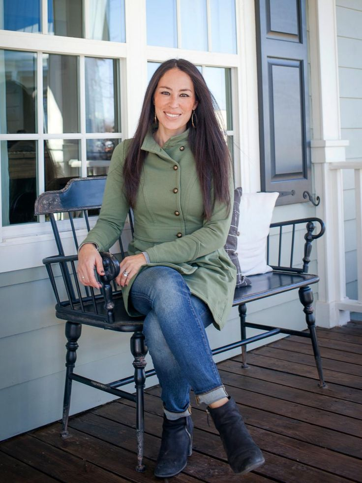 Chip and Joanna Gaines may be miracle workers but they simply can't do everything. So when they opened Magnolia House B&B they recruited semi-retirees Rob and Marianne Ward as potential managers. First, though, they'd have to convince the Wards to move into the adjacent carriage house. And before that could happen, they'd have to undertake a major renovation on the carriage house itself.